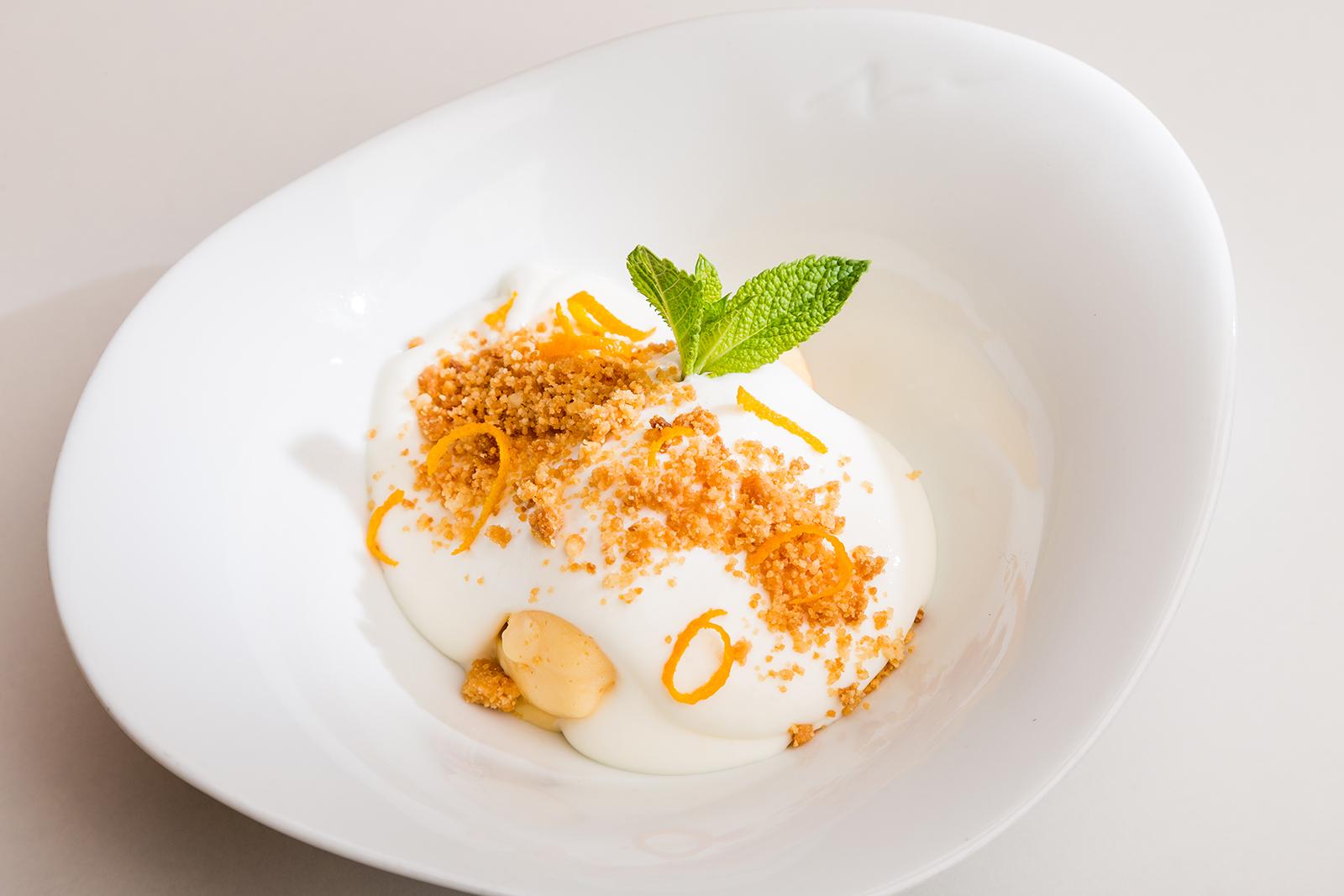 Yema de huevo helada bañada con crema de leche de oveja y crujiente de galleta, Restaurante Jaizkibel